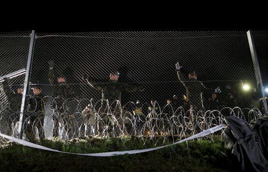 4794887_6_0337_des-soldats-hongrois-a-la-frontiere-avec-la_fb9916206829f185378d3a1683a5ccab