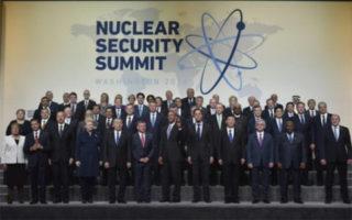 """Photo de famille des dirigeants du monde autour du président américain Barack Obama pour le sommet de la """"sûreté nucléaire"""" à Washington le 1er avril 2016 - MANDEL NGAN AFP"""
